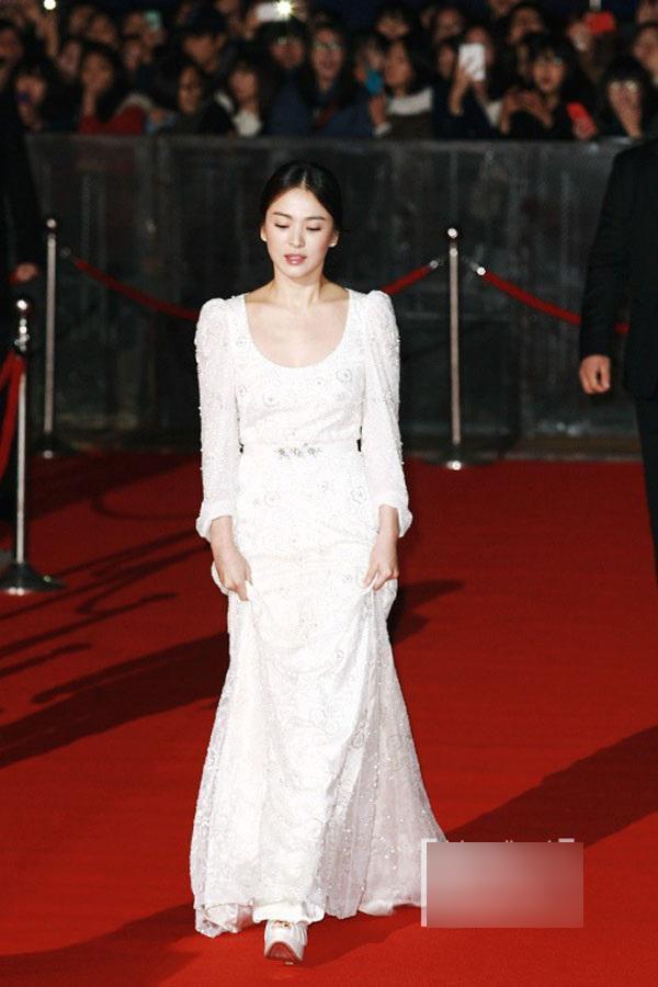 Chẳng thiếu tiền sắm những món hàng hiệu đắt đỏ nhưng Song Hye Kyo vẫn thích các trang phục có thiết kế nhã nhặn với gam màu trắng giản dị mỗi khi xuất hiện trên thảm đỏ. Đây là một thiết kế nằm trong BST váy cưới của nhãn hàng danh tiếng.