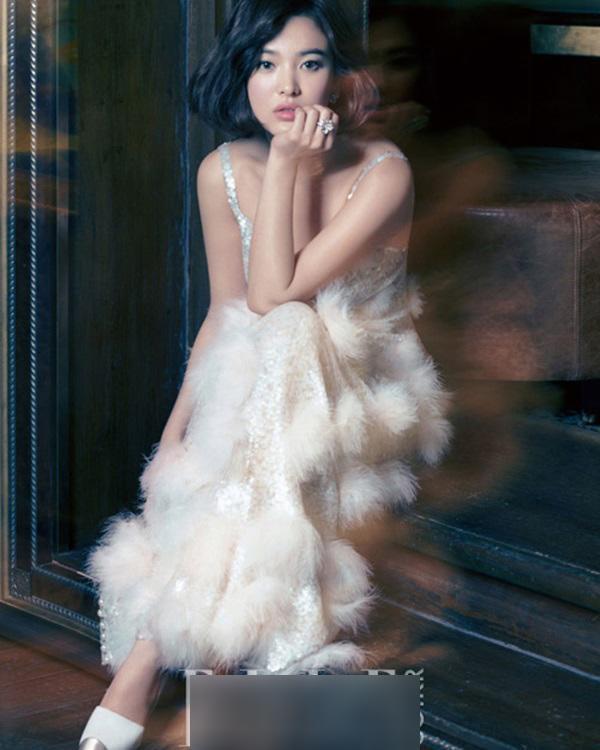 Ngay cả chụp hình tạp chí thời trang, vợ của Song Joong Ki cũng khoác trên mình các kiểu váy cưới đẹp ngời ngời như một nữ thần
