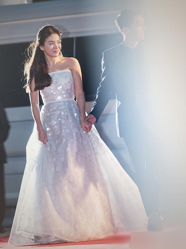 Bên cạnh ông xã Song Joong Ki trong một sự kiện, nàng Song chọn cho mình thiết kế váy trắng cúp ngực xòe bồng bềnh thuộc dòng váy cưới, kiểu váy cưới thường thấy được phái nữ ưa chuộng
