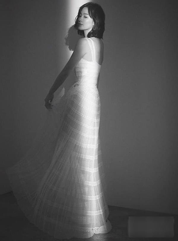 Gần đây, Song Hye Kyo cũng khiến fan mê mẩn với hình ảnh diện chiếc váy trắng dài vô cùng mong manh và ngọt ngào.