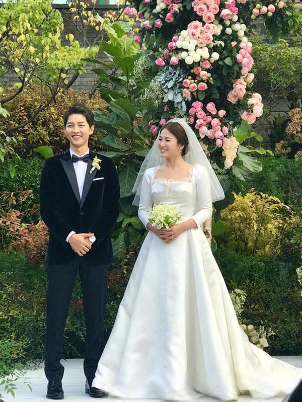 Và đây chiếc váy cưới của nàng Song trong buổi hôn lễ được thiết kế bởi Maria Grazia Chiuri, giám đốc sáng tạo của Dior