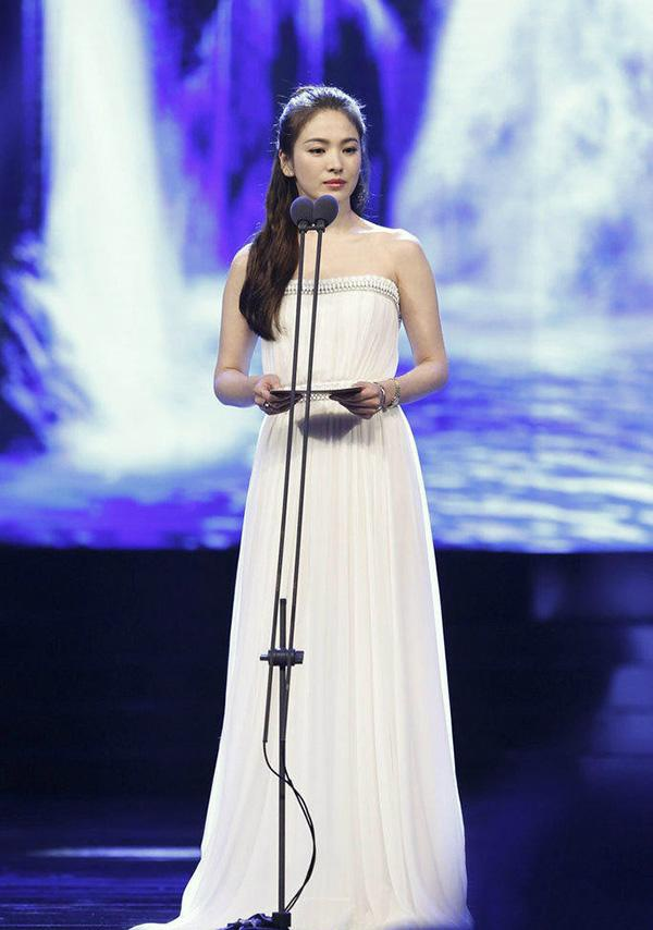 Trên sân khấu của một chương trình, Song Hye Kyo tiếp tục chọn cho mình một chiếc váy trắng đơn sắc giản dị nhưng nó có giá khá cao.