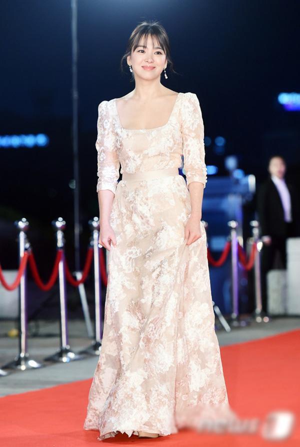 Chiếc váy mang ẩm hưởng đầm cưới với thiết kế đơn giản như thế này được coi là style thảm đỏ khá quen thuộc của Song Hye Kyo.