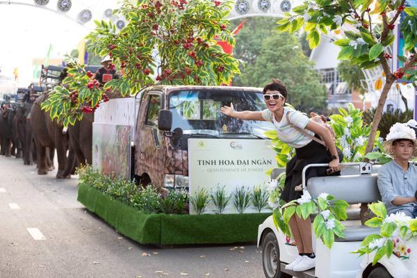 H'Hen Niê diễu hành cùng đàn voi nghìn ký siêu hoành tráng tại sự kiện ở quê nhà