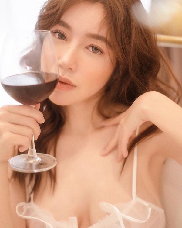 Gái 2 con Elly Trần tung trọn bộ ảnh váy áo mong manh nhưng không hề dung tục