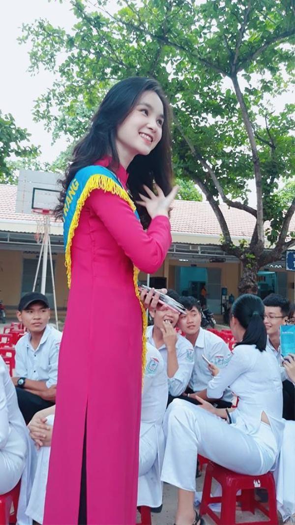 Hội anh em nháo nhào trước nhan sắc trong sáng, mỏng manh của cô giáo thực tập xinh như hotgirl