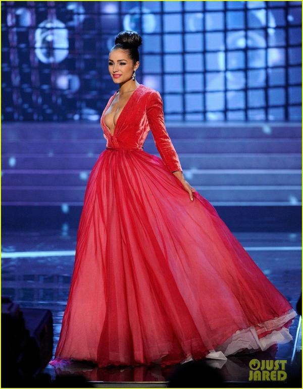 """Bước vào đêm chung kết,Olivia Culpo """"xài lại"""" thiết kế này để """"đấu chọi"""" với 9 thí sinh còn lại trong phần thi trang phục dạ hội."""