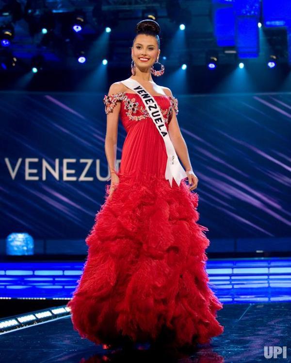 Stefania Fernandez trong bộ cánh đỏ đêm bán kết. Nhan sắc của cô không có từ nào để diễn tả ngoài 2 từ hoàn hảo.