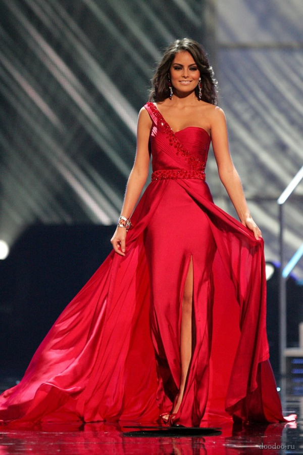 Thiết kế có chất liệu lụa trơn bóng cộng với sắc đỏ giúp cô tỏa sáng hết nấc trên sân khấu năm đó.
