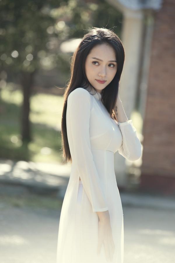"""Bên cạnh những hình ảnh đậm màu kịch tính thì Hương Giang lại khiến khán giả """"vỡ òa"""" với loạt ảnh tinh khôi trong tà áo dài trắng."""