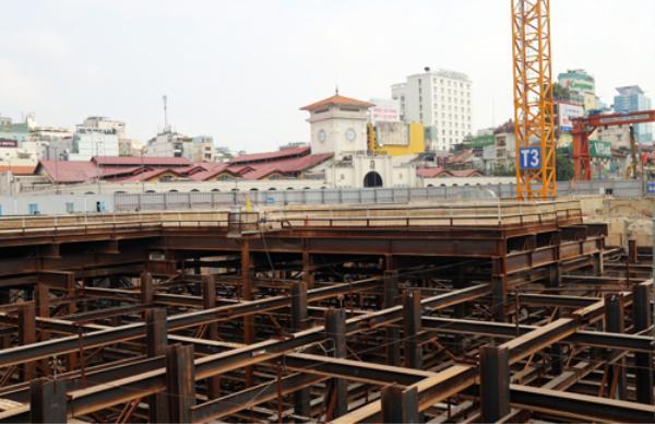 Ga ngầm trung tâm Bến Thành đang được khẩn trương xây dựng. Ảnh: Hữu Công.