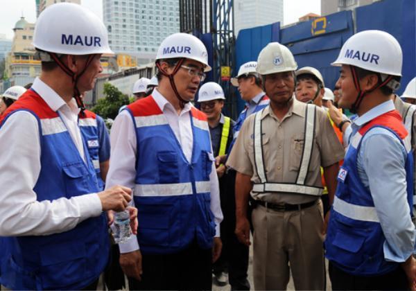 Bí thư Thành ủy TP HCM Nguyễn Thiện Nhân trao đổi với các nhà thầu và lãnh đạo MAUR. Ảnh: Hữu Công.