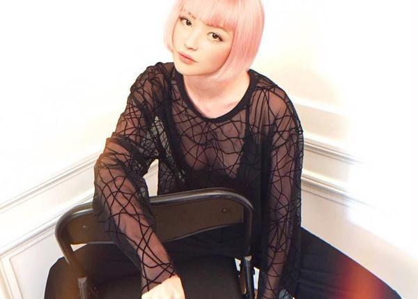 Mái tóc hồng nổi bật, gương mặt xinh xắn như búp bê , khoác trên mình các thiết kế cực chất, nhìn cô trông giống như một người mẫu thực thụ ngoài đời
