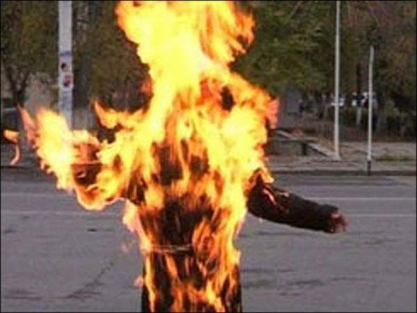 Trong cơn tức giận, anh Dương đã đổ chất lỏng lên người vợ rồi châm lửa đốt. Ảnh minh họa