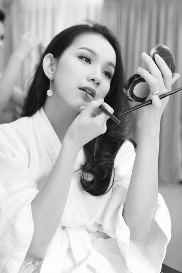 """Đàn chị Thùy Lâm tự kẻ môi vẫn xinh như """"mê hoặc""""."""