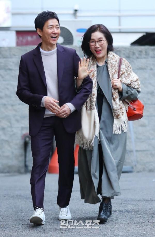 Choi Soo Jong rạng rỡ không kém.