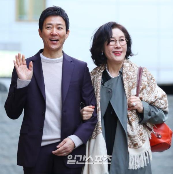 Trong đó, nữ nghệ sĩ Jung Chae Sun (đóng vai bà nội) gây sốt và thu hút sự chú ý từ người hâm mộ, khán giả và truyền thông với mái tóc đen, trẻ trung, xinh đẹp.
