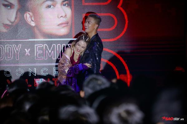 Không chỉ khoá môi nồng nàn, BigDaddy thừa nhận là chú phi công nhỏ lái máy bay Emily ngay tại mini concert