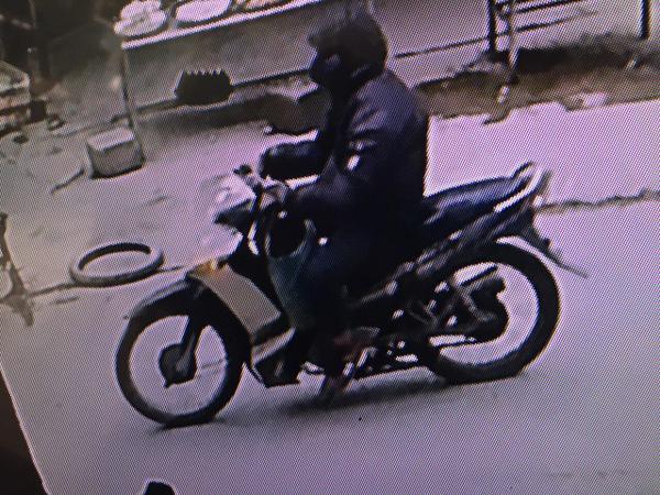 Hình ảnh đối tượng Trình khi đi xe máy một mình.