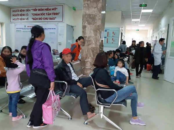 Nhiều phụ huynh đưa con học ở mầm non Thanh Khương đi xét nghiệm.