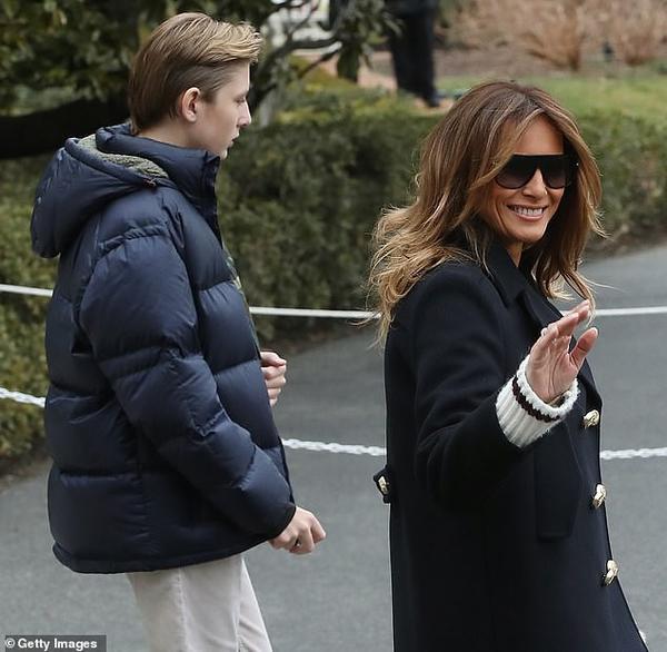 Đệ nhất phu nhân Mỹ tươi cười rạng rỡ vẫy tay chào các phóng viên.