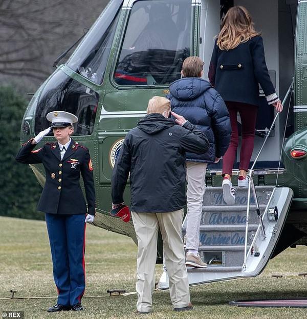Cả nhà Tổng thống Mỹ đi lên trực thăng Marine One.