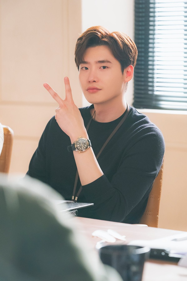 'Romance is Bonus Book' finished, Lee Jong Suk gave the fans beautiful pictures