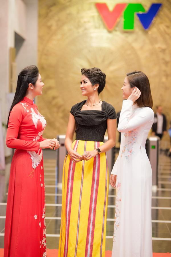 Mỹ Linh, Ngọc Hân, Hhen Niê  3 tuyệt sắc giai nhân đọ sắc bên nhau khiến fan thốt lên phấn khích