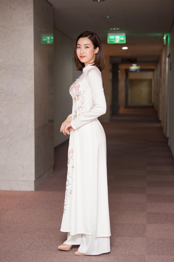 Cô được yêu mến với nhan sắc dịu dàng và phong cách trang nhã