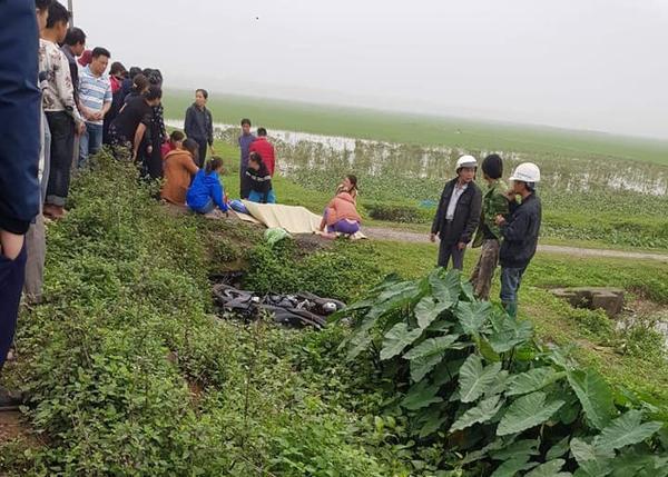 Khu vực nơi phát hiện th.i thể nạn nhân, cạnh đó là chiếc xe máy.