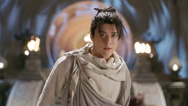 Trương Vô Kỵ biết Thành Côn là kẻ thù của nghĩa phụ, quá căm tức đã phá túi nhảy ra