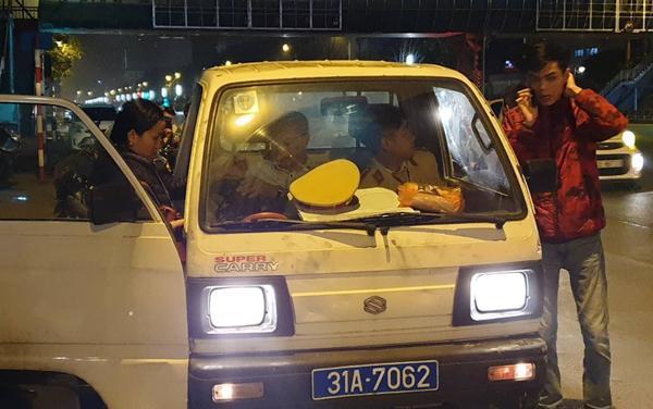 Tài xế xe ô tô đâm thanh niên được đưa về trụ sở công an lấy lời khai.