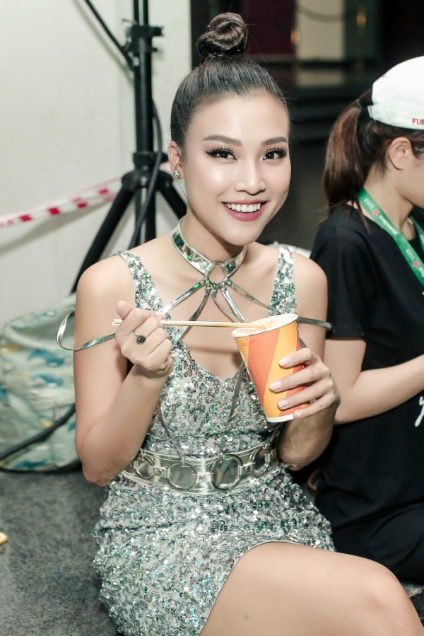 Á hậu Hoàng Oanh diện váy bó lấp lánh, ăn mì ly chống đói trong hậu trường