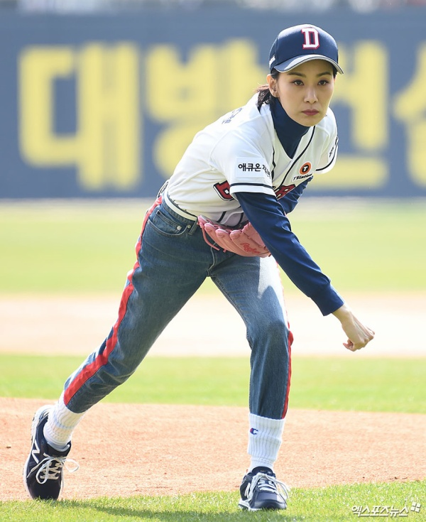 The expression 'cool' of the evil female 'SKY Castle' - Kim Seo Hyung at the baseball field