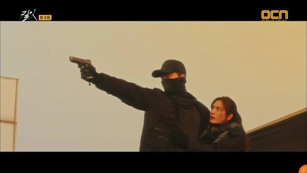 Soo Hyun đã lao ra cứu cô và đỡ phát súng.
