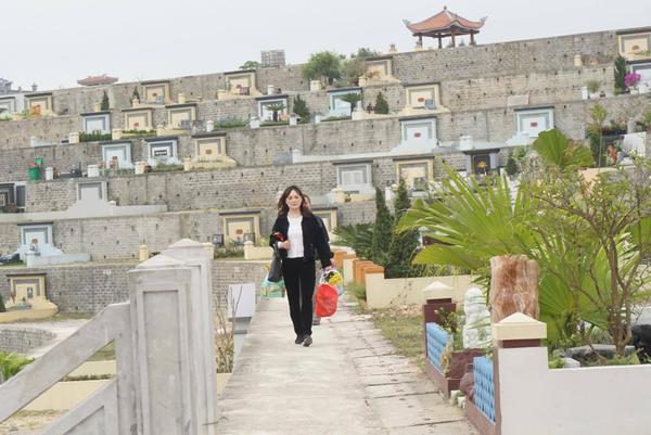 Cứ cận Tết thanh minh (ngày 3/3 âm lịch hàng năm), nhiều người Việt Nam lại có phong tục sắm sửa hoa quả, lễ vật đi tảo mộ. Đây cũng là dịp con cháu các dòng họ quây quần tụ tập về một nhà rồi cùng nhau lên khu mộ của tổ tiên.