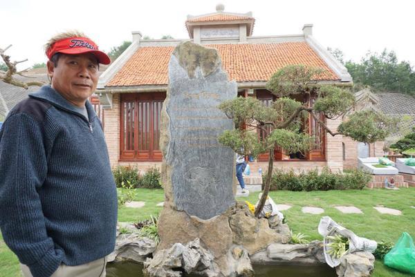 Ông Sơn bảo không phải ngày Tết Thanh minh hay ngày giỗ, chạp mới lên đây mà có khi tháng 4,5 lần mọi người trong gia đình lại lên thắp hương tưởng nhớ tổ tiên. Một góc khuôn viên được thiết kế khang trang. Trước cửa lối vào phần mộ có bia đá tưởng nhớ về tổ tiên.