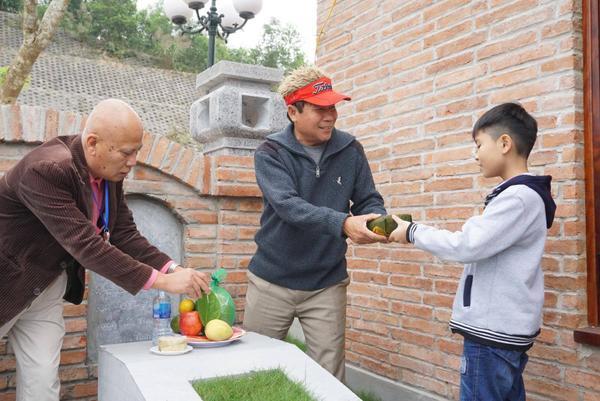 Ông Sử Trường Sơn (đội mũ đỏ) nhà ở quận Tây Hồ, Hà Nội cho biết, gia đình ông có 10 anh em, con cháu đã về Công viên nghĩa trang Lạc Hồng Viên nơi chôn cất phần mộ của tổ tiên để thắp hương cho các cụ đón Tết Thanh Minh.