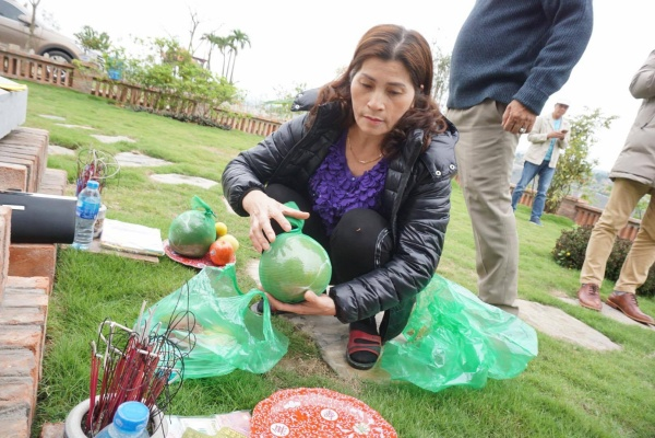 Tại Công viên nghĩa trang Lạc Hồng Viên, huyện Kỳ Sơn, tỉnh Hòa Bình những ngày này rất nhiều người trong gia đình, dòng họ quây quần về đây vái vọng tổ tiên, viếng những người thân đã khuất.