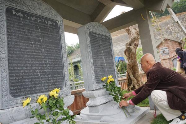 Gia đình ông Sử Trường Sơn từng có 2 cha con liên tiếp đỗ trạng nguyên, mang dạng danh cho dòng tộc nên dòng họ đã lập 2 bia đá tưởng nhớ.