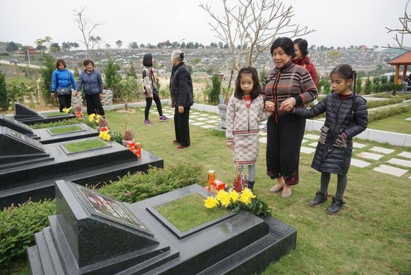 Nhiều trẻ nhỏ được ông bà, cha mẹ đưa ra phần mộ tổ tiên.