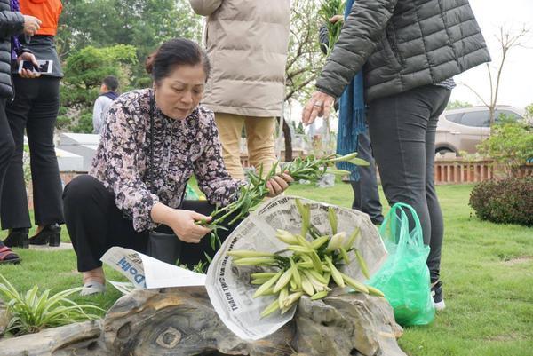 Tết Thanh minh có ý nghĩa quan trọng về văn hóa và tinh thần của người Việt, ẩn chứa đạo lý uống nước nhớ nguồn của người Việt. Mặc dù còn hơn 10 ngày nữa mới tới ngày chính thức nhưng nhiều người dân đã về đây dâng hương nhớ về tổ tiên.