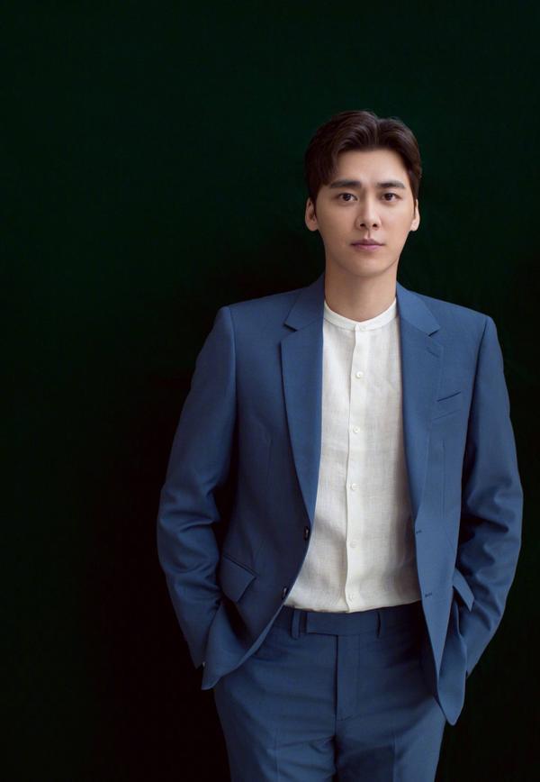 Lý Dịch Phong bảnh bao trong bộ vest xanh.