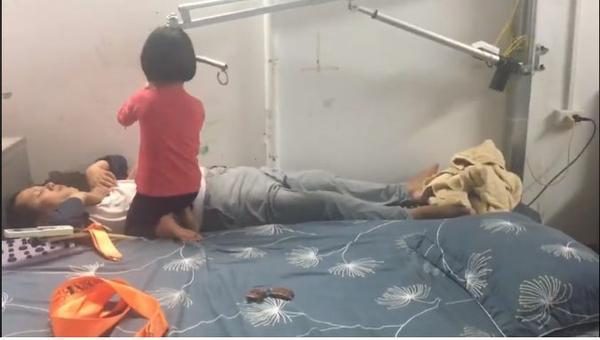 Hình ảnh cô con gái nhỏ chăm sóc, cha bị liệt