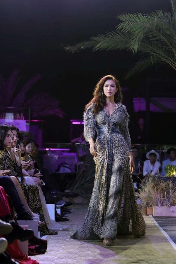 Giữa lúc bị anti-fan nói móc là hoa hậu ao làng, Minh Tú lại gây tranh cãi với bộ váy vừa già vừa ác