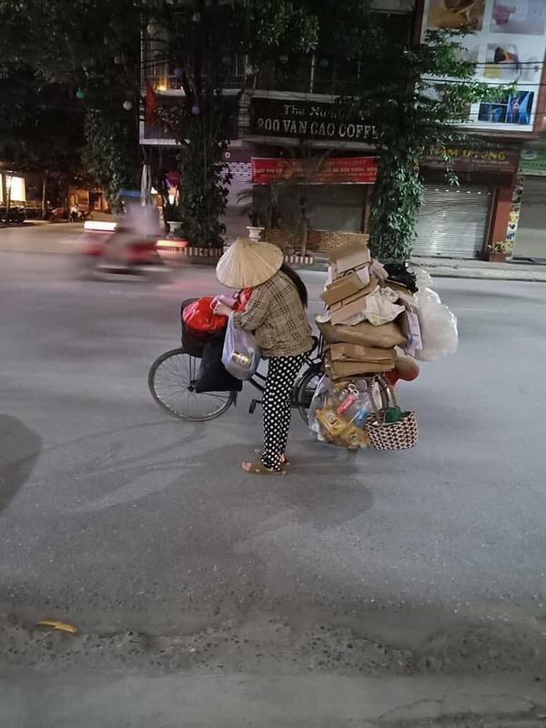 Hình ảnh người phụ nữ mang bầu địu con đi nhặt rác - Ảnh: Facebook