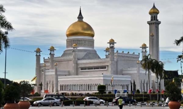 Nhà thờ Hồi giáo Sultan Omar Ali Saifuddin ở thủ đô Bandar Seri Begawan của Brunei ngày 4/10/2017. Ảnh: AFP