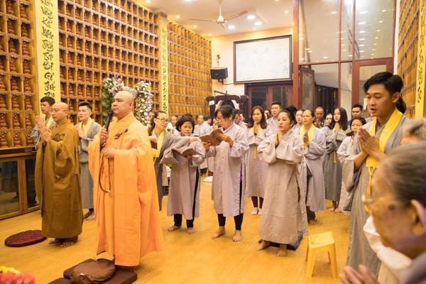Thúy Nga cùng các phật tử làm lễ cầu siêu cho diễn viên Anh Vũ tại chùa