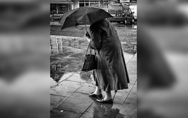 Cụ bà 98 tuổi đi bộ 3 km dưới trời mưa để trả tiền nợ người thợ mộc năm xưa. Ảnh minh họa
