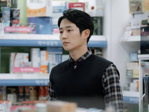 Jung Hae In hóa chàng dược sĩ vô cùng điển trai, sẵn sàng chinh phục khán giả trong Spring Night cùng Han Ji Min